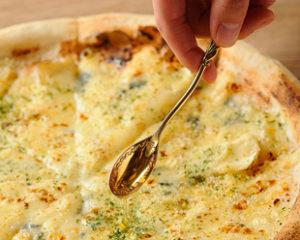 クワトロフォルマッジ ~4種のチーズと蜂蜜のピッツァ~